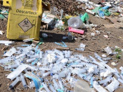 Lixo hospitalar é jogado a céu aberto no interior de SP